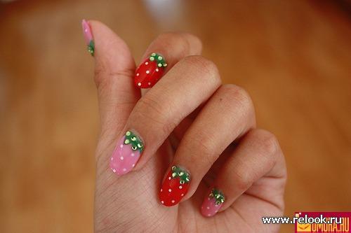Ягодный маникюр на ногтях