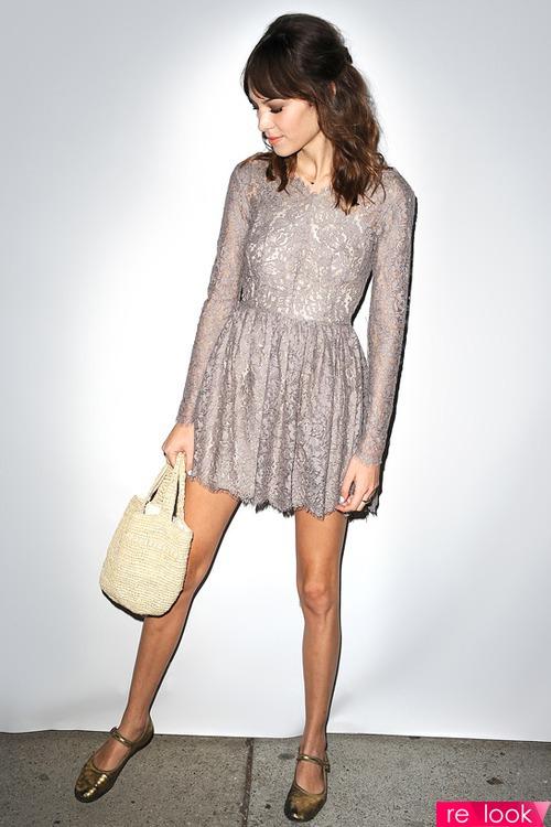 Серое кружевное платье с чем носить