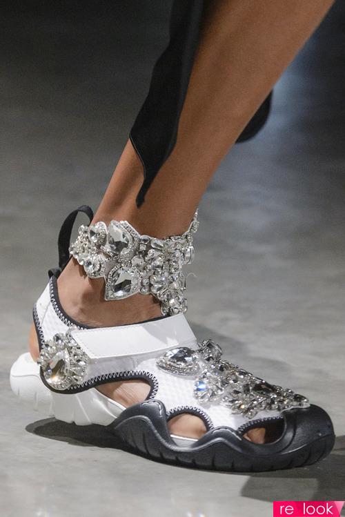 Летняя обувь спортивного стиля тоже, наверное, будет изготавливаться из  Croslite, но имеет другой вид. На фото – модели брендов Rick Owens (1-3) и  Fenty x ... a75e43affdc
