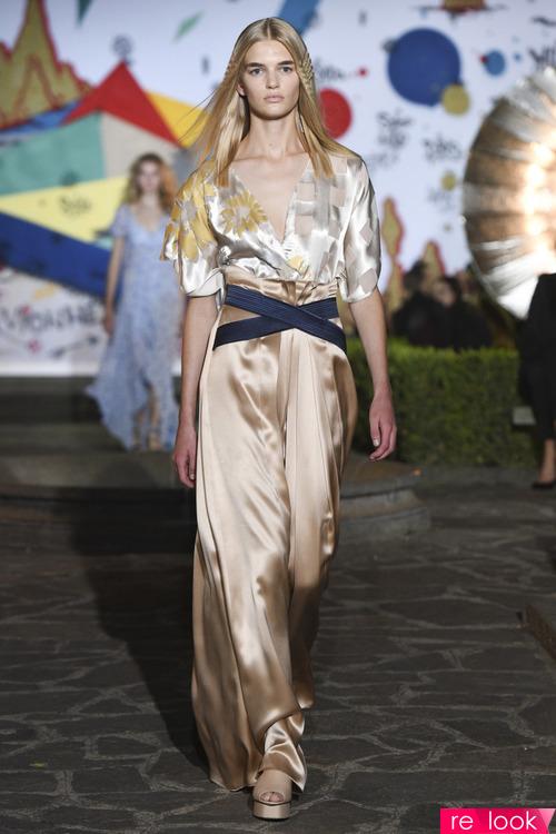 7c5c25e8070 Атласные юбки освежат летние образы девушек  их можно сочетать с материалом  любой фактуры. На фото - модели юбок брендов Peter Pilotto